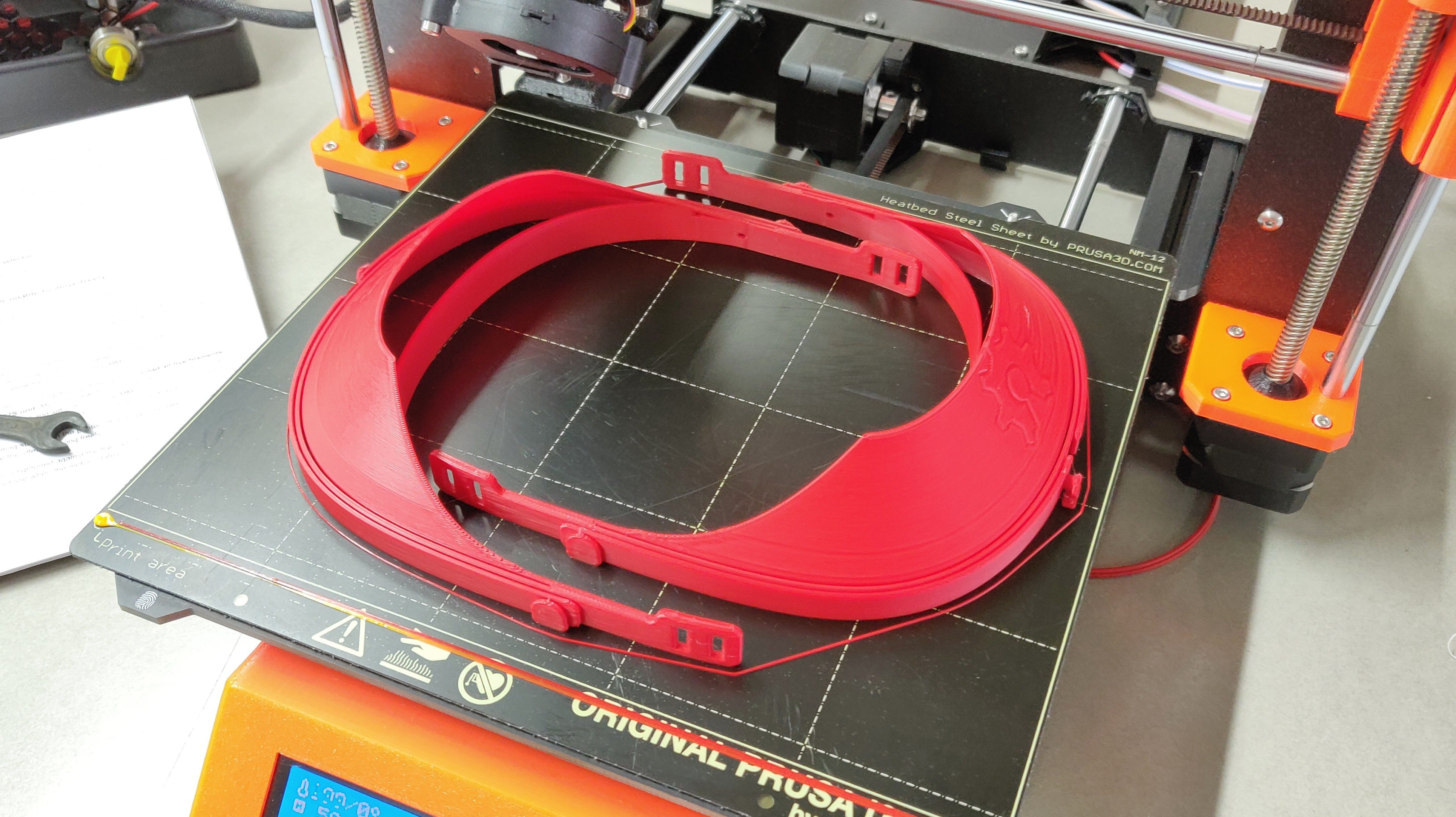 BAC Valves collaborates with the citzen network by making protection screens with the 3D printer.
